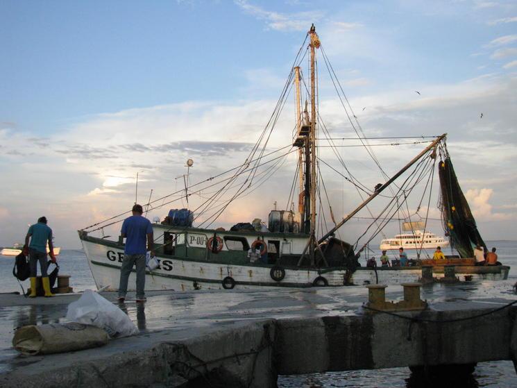 Pomada shrimp fishing vessel in Ecuador Daylin Munoz-Nunez