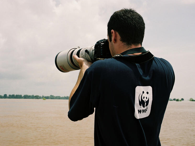 Photographing irrawaddy river dolphins. cambodia %c2%a9 tanya petersen  wwf canon