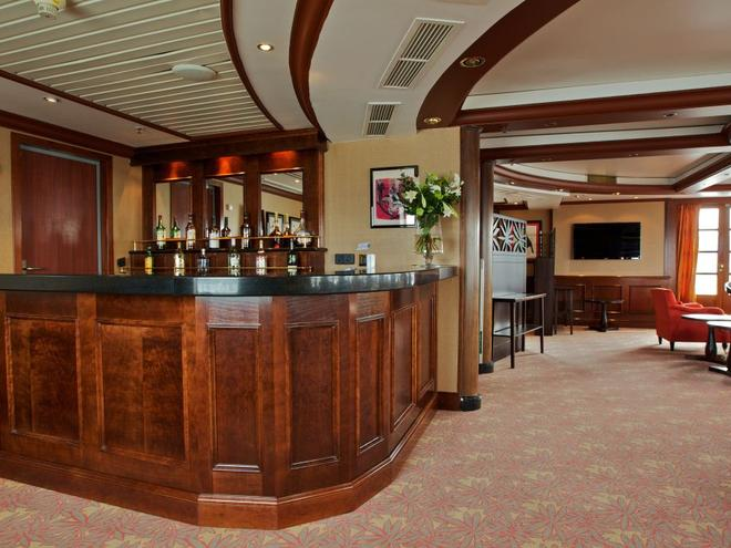 caledonian sky travel bar